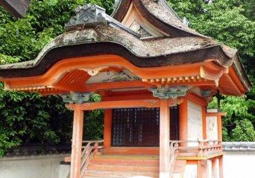 聖神社末社滝神社本殿 修理前